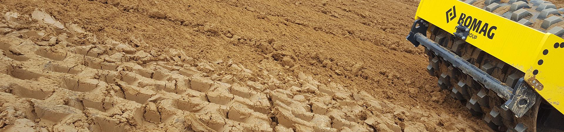 Walze auf braunem Sandboden